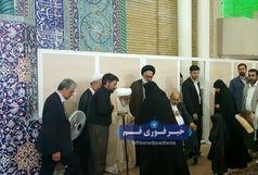 تجلیل از خانواده شهید حججی در نماز جمعه قم