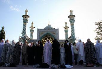 اقامه نماز عید سعید فطر در امام زادگان پنج تن لویزان