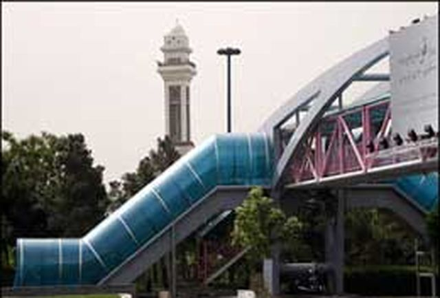 شهروندان برای عبور از پل عابر پیاده احتیاط کنند