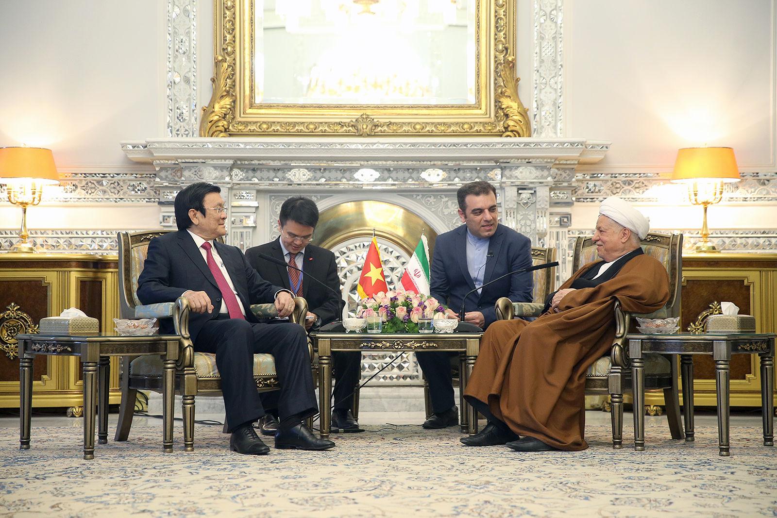 امید سالاری تربت جام دعوت دوست خارجی به اصفهان