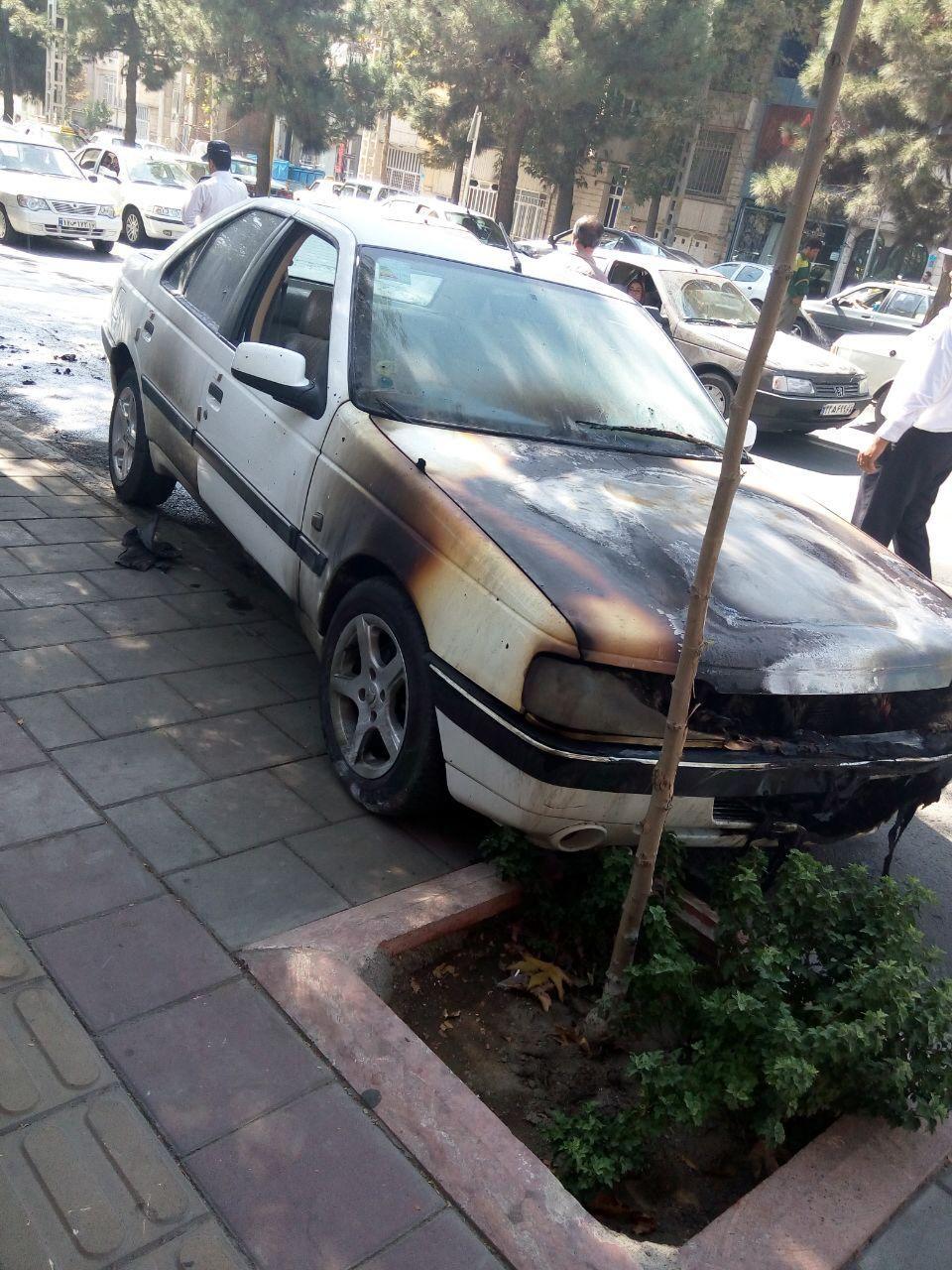 حریق خودرو پژو بر اثر اتصالی برق