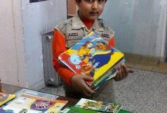کودک یزدی 150 جلد کتاب خود را به کتابخانه اهدا کرد
