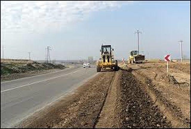 اجرای عملیات خاکریزی و تسطیح زیرسازی راه در سه راهی اصله