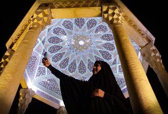 مردم  در آرامگاه حافظ