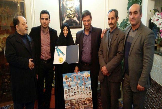 طلایی کشتی آزاد مدال خود را تقدیم خانواده شهید شهرباری کرد