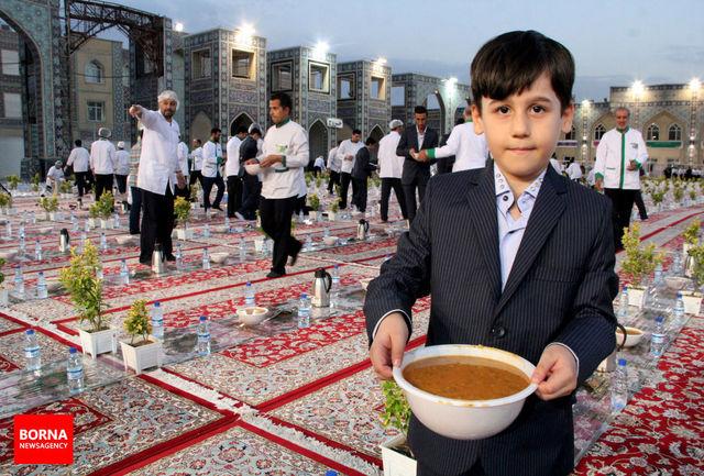 دعوت نامه مهمانسرای امام رضا(ع) در بین زائران توزیع می شود
