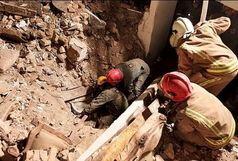 نجات یک زن میانسال از زیر آوار