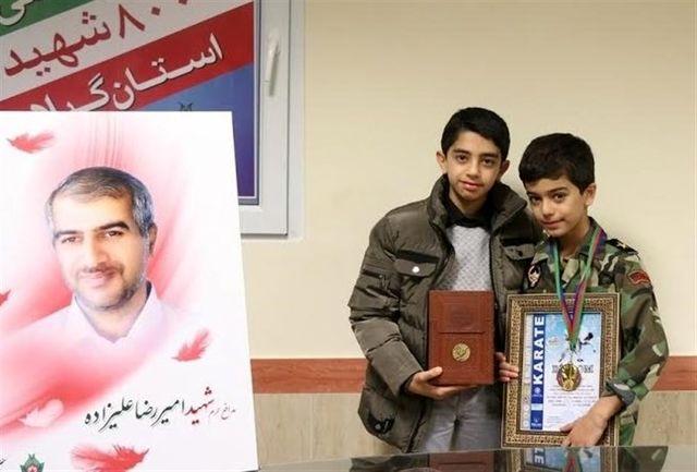 کاراتهکای بسیجی مدال خود را به فرزند شهید مدافع حرم تقدیم کرد