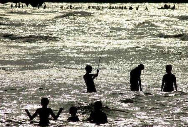 منجیان غریق 30 نفر را از خطر غرق شدگی در سواحل رودسر نجات دادند