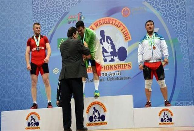 اهدا نشان طلا به براری توسط رییس فدراسیون وزنه برداری