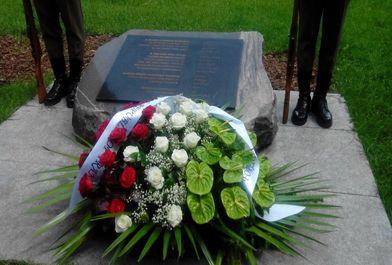 مراسم اهدای تاج گل به لوح سپاس از ملت ایران توسط ظریف/ ببینید