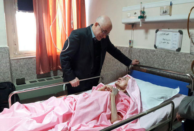عیادت معاون وزیر ارشاد از طلیعه کامران در بیمارستان