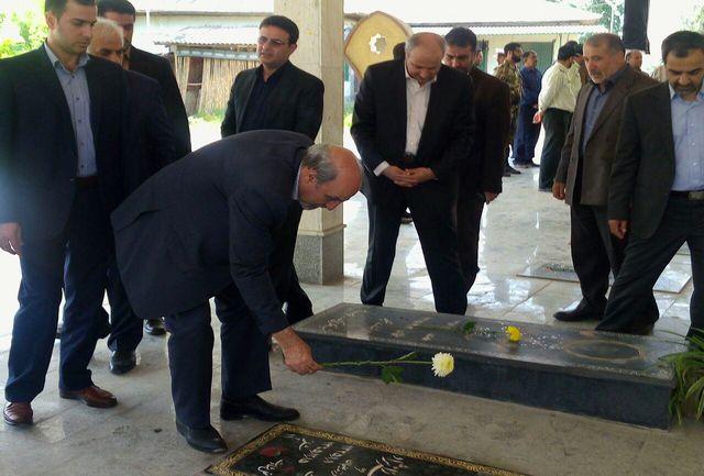 وزیر ورزش و جوانان در گلزار شهدای جویبار حاضر شد