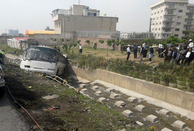واژگونی اتوبوس دانش آموزان ابتدایی داخل کانال آب