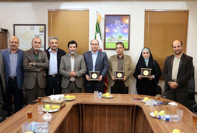 سفرای کتاب فارس نشان افتخار دریافت کردند