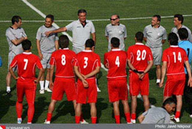 تشویق علی کریمی در ورزشگاه دستگردی/ گفتوگوی منصوریان با کیروش