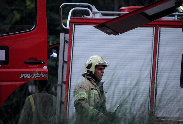 آتش سوزی گسترده در میدان بهارستان/ دو آتش نشان تحویل اورژانس شدند